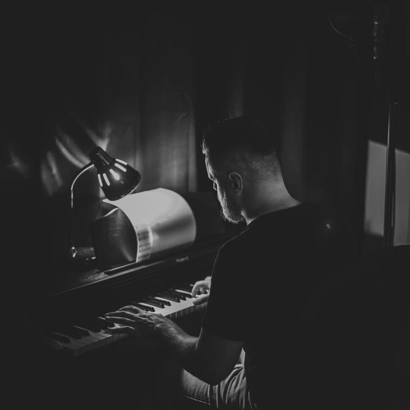 https://alexander-grant.de/wp-content/uploads/2018/08/2017.08.18_Sascha_Klavier_web-2-1.jpg